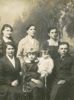 Józef Niechoda (siedzi  po prawej) wraz  z rodziną