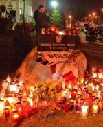 Po śmierci 19-letniego Rafała K. przed komendą policji  w Legionowie mieszkańcy miasta zapalają znicze.  W niedzielę i poniedziałek doszło tam do zamieszek