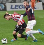 Cracovia – Pogoń. O piłkę walczą Mateusz Wdowiak  (Cracovia – z lewej) i Ricardo Santos