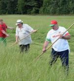 Aleksander Łukaszenko uczył niedawno francuskiego aktora Gerarda Depardieu kosić trawę