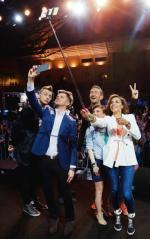 Proszę państwa, oto youtuberzy, od lewej: Magia Y, Radek Kotarski, Łukasz Jakóbiak, Mówiąc Inaczej i pragnąca ogrzać się  w promieniach ich sławy Omenaa Mensah z TVN