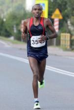 Kenijczyk Joel Maina Mwangi wygrał Koral Maraton i bieg na 15 km