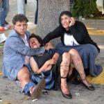 Ocaleni z ataku terrorystycznego niedaleko dworca kolejowego w Ankarze w oczekiwaniu na pomoc