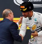 Lewis Hamilton odbiera gratulacje od Władimira Putina