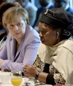 Angela Merkel słucha przewodniczącej Komisji Unii Afrykańskiej Nkosazany Dlamini-Zuma
