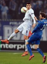 Kaspar Hamalainen (walczy o piłkę z Matiasem Vecino z Fiorentiny)  drugi sezon z rzędu jest najlepszym strzelcem Lecha