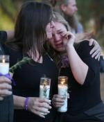Matka i córka opłakują śmierć ich przyjaciela, który zginął w czasie strzelaniny w San Bernardino