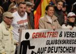 """Lutz Bachmann (drugi z lewej), założyciel Pegidy w koszulce z napisem """"Lügenpresse"""" (kłamliwa prasa)"""
