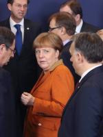 Poniedziałek w Brukseli. Kanclerz Niemiec Angela Merkel patrzy na głównego krytyka jej polityki imigracyjnej premiera Węgier Viktora Orbána