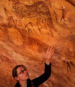 Dr Emmanuelle Honoré przed malowidłami w jaskini Wadi Sura II. Fot. Serge Sibert