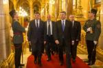 W szable wyposażeni są strażnicy węgierskiego parlamentu (na zdjęciu wizyta marszałka Marka Kuchcińskiego). Wkrótce białą broń ma też dostać polska straż marszałkowska