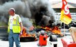 Płonące opony przed fabryką Peugeota w Valenciennes