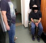 Policjant z jednym z zatrzymanych we Włochach. Niedoszli zamachowcy nie byli wcześniej karani