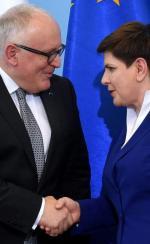 Beata Szydło i Frans Timmermans po wtorkowym spotkaniu w Warszawie. Mimo wojowniczej retoryki ekipa PiS ugina się pod naciskiem Brukseli