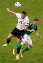 Mario Gomez (z lewej) zdobył gola, który dał Niemcom zwycięstwo nad Irlandią Północną