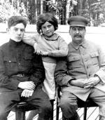 Józef Stalin z Wasilijem i Swietłaną – dziećmi z drugiego małżeństwa z Nadieżdą Alliłujewą.
