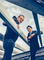 """Fisz (w kapeluszu) i Emade. Fisz (Bartosz Waglewski) zaczynał jako wokalista i muzyk hiphopowy. W 2003 r. z bratem Piotrem (Emade) założył grupę Tworzywo. Ich płyty z muzyką na pograniczu różnych gatunków zdobyły liczne nagrody, w tym Fryderyki, obaj są laureatami Paszportu """"Polityki"""". Album """"Drony"""" ma dziś premierę"""