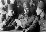 """Muzułmańscy żołnierze z Handschar Waffen-SS czytają publikację """"Islam i judaizm"""", napisaną przez wielkiego muftiego Jerozolimy Muhammada Amina al-Husajniego."""
