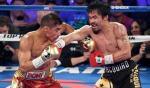 Manny Pacquiao (z prawej) wygrał zJessiem Vargasem wyraźnie, posłał nawet rywala nadeski.