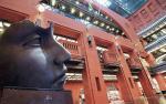 """Rzeźba Igora Mitoraja """"Thsuki-no-hikari"""" (Blask księżyca) jest ozdobą Atrium."""