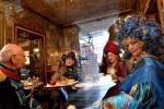 Uczestnicy karnawału w Wenecji odpoczywają w kawiarni. Najstarsza zabawa uliczna w Europie, licząca dziewięć stuleci, potrwa do 28 lutego. W tym roku z powodu zagrożenia terrorystycznego nie wszędzie można wchodzić w tradycyjnych karnawałowych maskach. Zakaz obowiązuje na placu św. Marka.