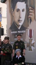 We wrześniu 2015 w Suwałkach odsłonięto mural poświęcony Marianowi Piekarskiemu.  W uroczystości wzięła udział Irena Piekarska - siostra zamordowanego przez UB żołnierza antykomunistycznego podziemia.