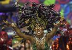Karnawałowe szaleństwo w Rio do Janeiro. Konkurs na najlepszą szkołę samby, których startuje przeszło 70, potrwa do środy. Na zdjęciu gwiazda zespołu Acadêmicos do Salgueiro jako gorgona Meduza. Trybuny słynnego sambodromu mogą pomieścić 90 tys. widzów, a najtańsze wejściówki na paradę kosztują 178 dol.