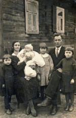 Rodzina Dagmary Nowak w domu w Hajnówce w 1936 roku. Ojciec autorki Bogusław Żukowski na rękach mamy Sylwestry, która zmarła na Syberii.