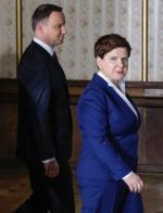 W ciągu roku notowania premier Beaty Szydło spadły o 11 pkt proc. Maleje też poparcie dla prezydenta Andrzeja Dudy.
