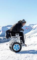 Wózek dla niepełnosprawnych świetnie radzi sobie na śniegu.