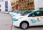 W Polskich miastach będą w najbliższych miesiącach rejestrowane całe floty elektrycznych aut. Na zdjęciu 20 elektrycznych taksówek Nissan Leaf.