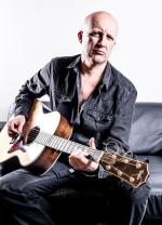 """Piotr Bukartyk (ur. 1964), karierę zaczynał w latach 80. od poezji śpiewanej. Pierwszą płytę """"Szampańskie wersety"""" wydał dopiero w 1997 r., pokazując się w innym, parodystycznym wcieleniu. Jego nowy, ósmy album miał premierę w miniony piątek."""