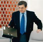 """Krzysztof Szamałek do rządu trafił dzięki """"starej znajomości z Aleksandrem Kwaśniewskim"""". Na zdjęciu na posiedzeniu gabinetu w 2004 roku."""