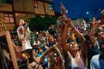 Na bazarach w Mexico City pełno jest figurek z kościotrupem. Kult Santa Muerte jest szczególnie popularny  w środowiskach przestępców.   Cały ten mroczny świat, począwszy od wielkich karteli narkotykowych, skończywszy zaś na ulicznych złodziejaszkach, uczynił ze śmierci swoją patronkę.