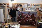 """Wolfgang Beltracchi w swoim studio z namalowanym przez niego """"La Horde"""