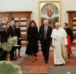Audiencja Donalda Trumpa (na zdjęciu z małżonką) u papieża Franciszka trwała pół godziny.