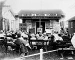 Europejscy zwolennicy eugeniki teoretyzowali, a Amerykanie wzięli się do działania. W USA organizowano ośrodki odosobnienia  dla nieprzystosowanych jednostek. W kilku stanach wprowadzano prawo umożliwiające sterylizację. Na zdjęciu wykład o eugenice zorganizowany przez American Eugenics Society w Topeka w stanie Kansas.