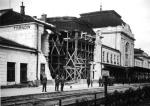 Cztery dni przed wybuchem II wojny światowej niemieccy dywersanci zdetonowali bombę na dworcu kolejowym w Tarnowie i zabili 20 osób.