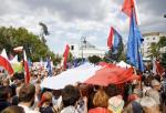 Niedzielna manifestacja pod Sejmem zgromadziła kilka tysięcy osób.