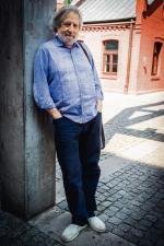 Jerzy Satanowski, rocznik 1947. Kompozytor filmowy i teatralny. Twórca spektakli poetyckich. Przyjaciel artystów, m.in. Jonasza Kofty, Agnieszki Osieckiej i Edwarda Stachury.