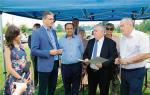 Marszałek Adam Jarubas (drugi od lewej) podpisał z burmistrzem Ożarowa Marcinem Majcherem (drugi od prawej) umowę o utworzeniu terenów inwestycyjnych w gminie.