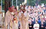 Podczas mszy na ołtarzu złożono dary: od prezydenta, Sejmu, Senatu i rządu.