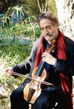 Jordi Savall – gra na violi da gamba i jest wybitnym interpretatorem muzyki dawnej