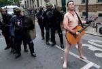 Macron puści pracowników w skarpetkach? Protesty przeciwko planowanej przez prezydenta Francji reformie rynku pracy odbyły się we wtorek w wielu miastach Francji. Czasem, jak widać na zdjęciu  z Paryża, przybierały nieoczekiwaną formę