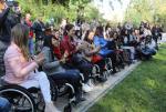 Najpiękniejsze niepełnosprawne. W Warszawie rozpoczęły się pierwsze w historii wybory Miss Wheelchair World, w których rywalizują kobiety poruszające się na wózkach inwalidzkich. Na zdjęciu uczestniczki konkursu wspólnie sadzą drzewa na warszawskim osiedlu Jazdów