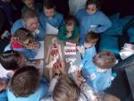 """Podczas zajęć w ramach """"Naukowych Sobót"""" dzieci poznają naturę zjawisk zachodzących w przyrodzie"""