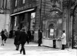 Przedwojenna księgarnia Gebethnera i Wolffa na Krakowskim Przedmieściu w Warszawie. Przed siedzibą wystawiono kram z przecenionymi tytułami w ramach Taniego Tygodnia Książki.
