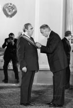 W latach 70. orderem Virtuti Militari odznaczono m.in. przywódcę ZSRR Leonida Breżniewa (z lewej). W 1990 r. zdecydowano o odebraniu mu tego odznaczenia.