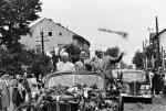 Objazd Nikity Chruszczowa (z lewej) i Władysława Gomułki (z prawej) w 1959 r. miał być triumfalny.  Tym bardziej bolesny dla władz okazał się zamach dokonany przez Stanisława Jarosa