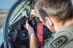 """W 2016 r. dziennik """"Bild"""" donosił, że sześć samolotów wielozadaniowych Tornado uczestniczących w misjach zwiadowczych przeciwko Państwu Islamskiemu nie może latać nocą. Wszystko przez to,  że podświetlenie kokpitu było za jasne i oślepiało pilotów. W sumie z 85 tornad, które posiada Luftwaffe, piloci mogą użyć zaledwie 45. Na zdjęciu niemiecki sierżant przerabia kokpit myśliwca Tornado"""